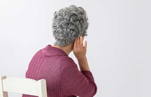 補聴器の相談を受ける夫人