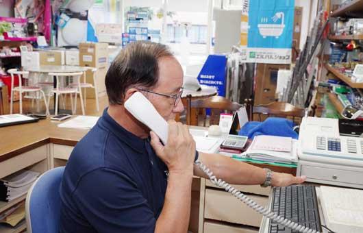 電話をかけるスタッフ