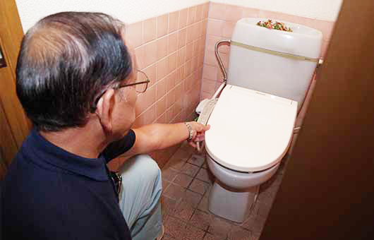 トイレの点検中